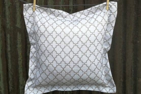 Dekoratyvinė pagalvėlė didelė šviesi raštuota