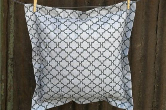 Dekoratyvinė pagalvėlė didelė tamsi raštuota