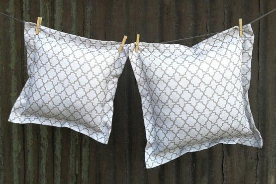Dekoratyvinė pagalvėlė maža šviesi raštuota